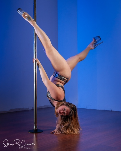 @pole_countess doing her magic on the pole